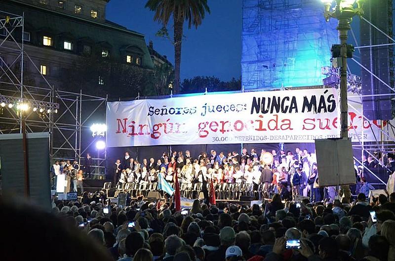 Na cidade de Buenos Aires, uma multidão se reuniu por justiça aos crimes da ditadura