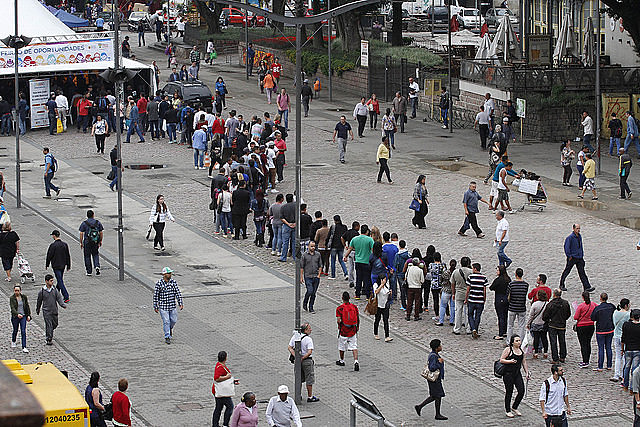 Unemployed Brazilians line up looking for a job