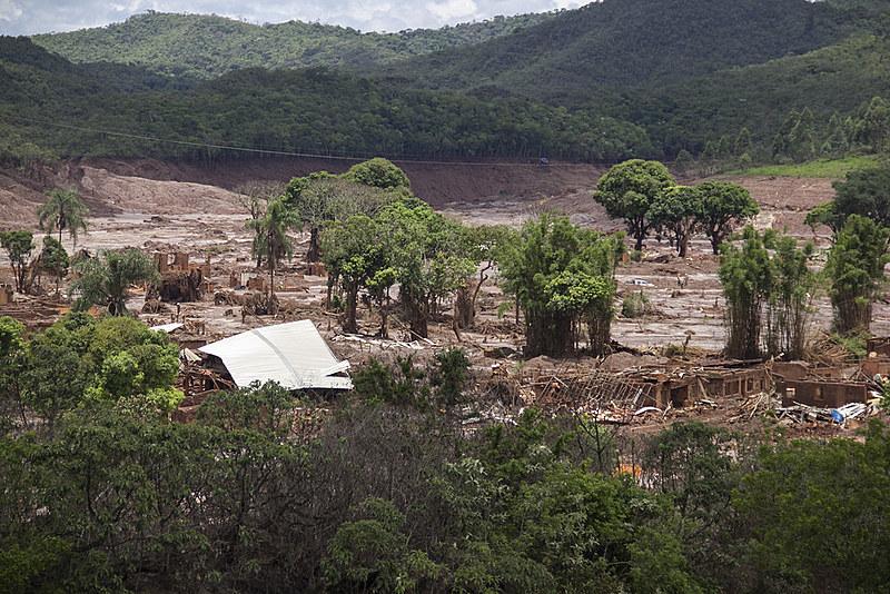 Moradores também disseram que a lama e a contaminação dos rios gerou problemas de saúde pública generalizada e que muitas pessoas ainda apresentam dificuldades respiratórias e doenças de pele.