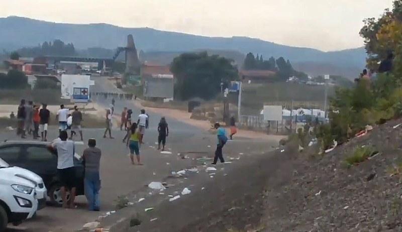 """""""Ajudas humanitárias"""" transformaram a fronteira em um campo de batalha"""