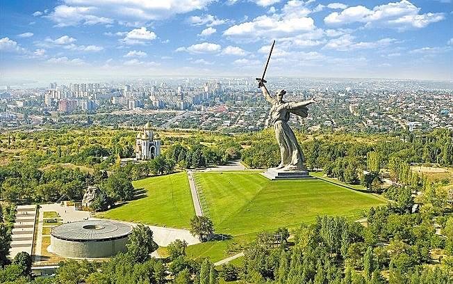 A estátua da Mãe-Pátria está no topo de uma colina e comemora a vitória na batalha de Stalingrado.
