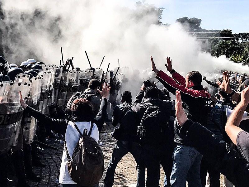 Pela segunda vez em uma semana, trabalhadores que protestavam contra as medidas do prefeito foram agredidos