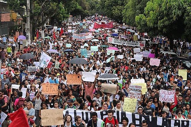 Profesores, trabajadores y estudiantes se movilizaron este 15 de mayo contra los recortes en la educación