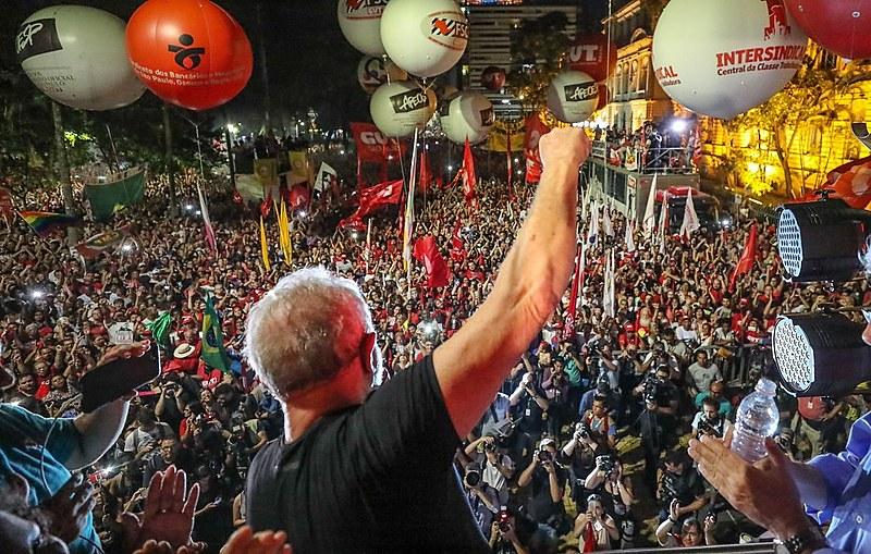 Após a divulgação do resultado do jugamento Lula esteve na Praça República em São Paulo onde falou com os militantes