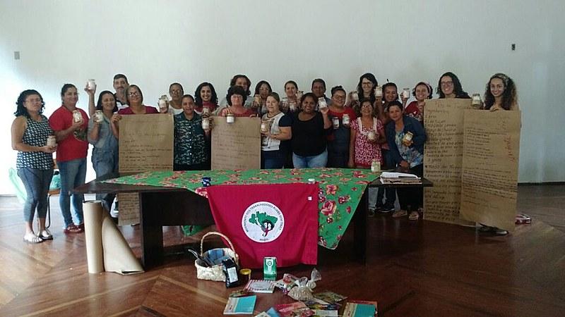 Militantes do MST que estarão na 3ª Feira Nacional da Reforma Agrária se reúnem para fazer Sal Temperado, para Culinária da terra