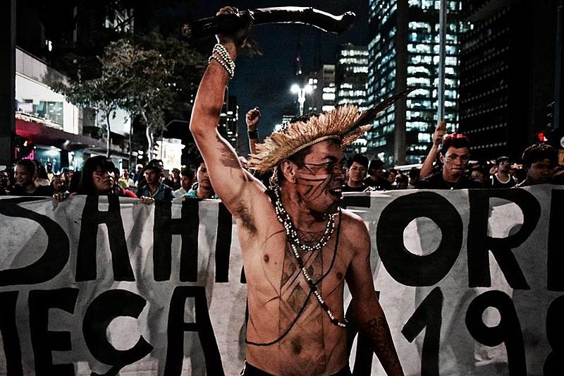 """Com faixas de """"STF, nossa história não começa em 1988"""", dezenas de indígenas fizeram um ato na Paulista na segunda (9)"""