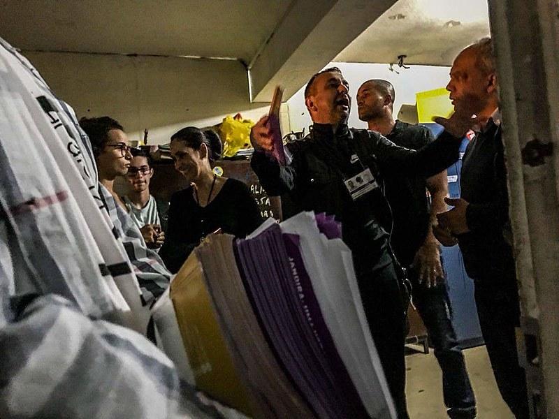 Testemunhas afirmam que a porta do Diretório Acadêmico foi arrombada pelos agentes do TRE -RJ