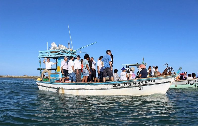 Dom Fernando Saburido e comitiva da Arquidiocese em barca no litoral do Cabo de Santo Agostinho