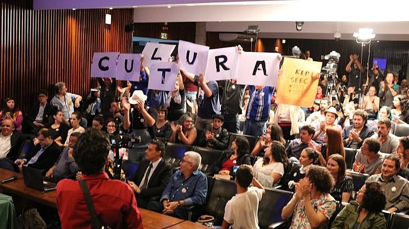 Artistas presentes se manifestaram em falas e cartazes.