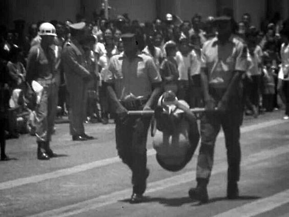 A técnica do pau-de-arara, quando uma pessoa é presa pelos joelhos e pulsos em uma barra de madeira, era uma prática comum na ditadura