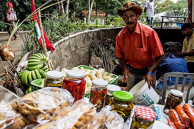 Feirante expõe seus produtos na II Feira Nacional da Reforma Agrária, que ocorreu no último final de semana em São Paulo