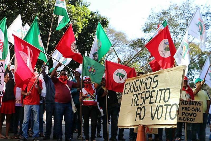 Trabalhadores protestam na sede do Ministério do Planejamento, em Brasília (DF)