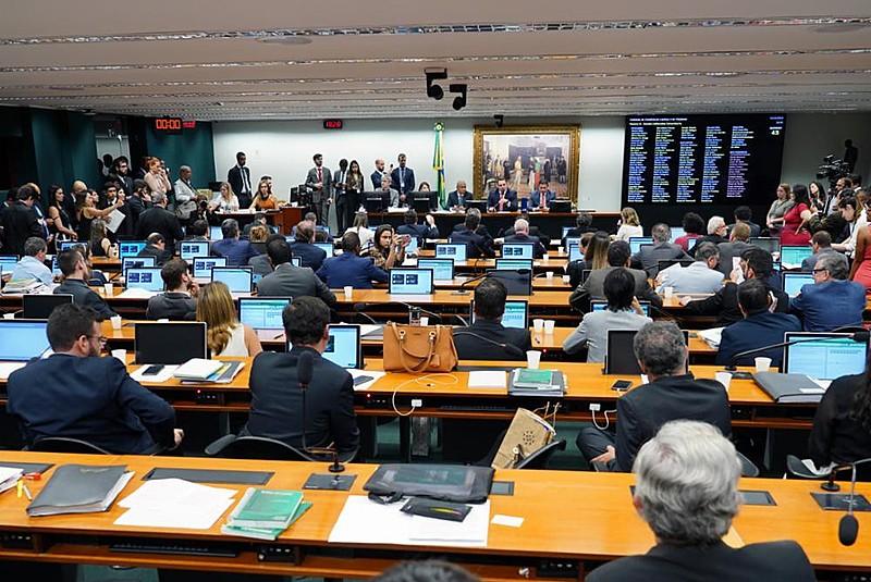 Deputados da CCJ se utilizaram de manobras para postergar ou tentar acelerar a votação do item na pauta