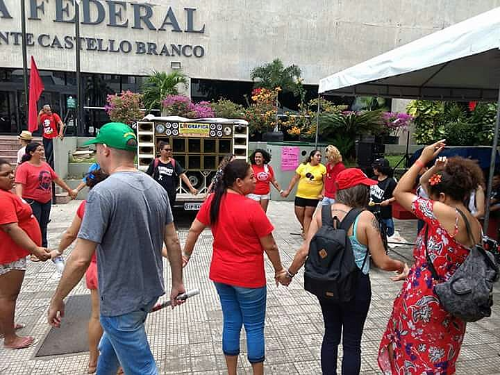 Debate ocorre no quarto dia de acampamento em frente à sede da Justiça Federal em Fortaleza