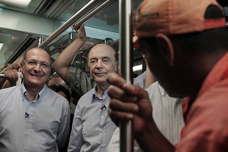 Alckmin e Serra no metrô durante campanha em 2010; esquema de corrupção funcionou durante governos do PSDB
