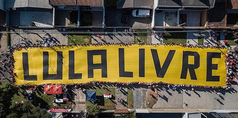 Vigília Lula Livre estende faixa de 60 metros em frente à Superintendência da PF. 01/01/19 - Curitiba - PR