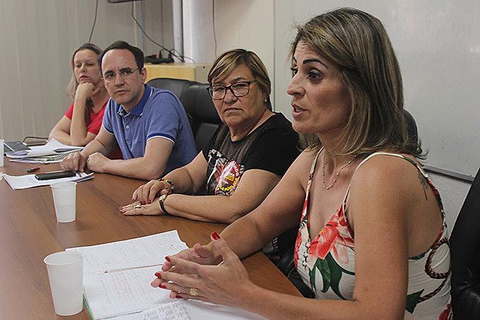 Mesa debatedora: Anelise Manganelli do Dieese, economista Volnei Piccolotto, Helenir Schürer do CPERS e Diva Costa Sindsepe-RS