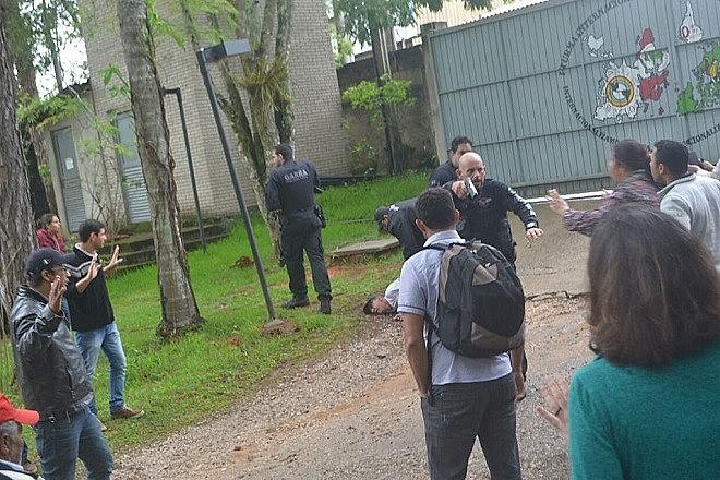 Policiais civis invadem Escola Nacional Florestan Fernandes