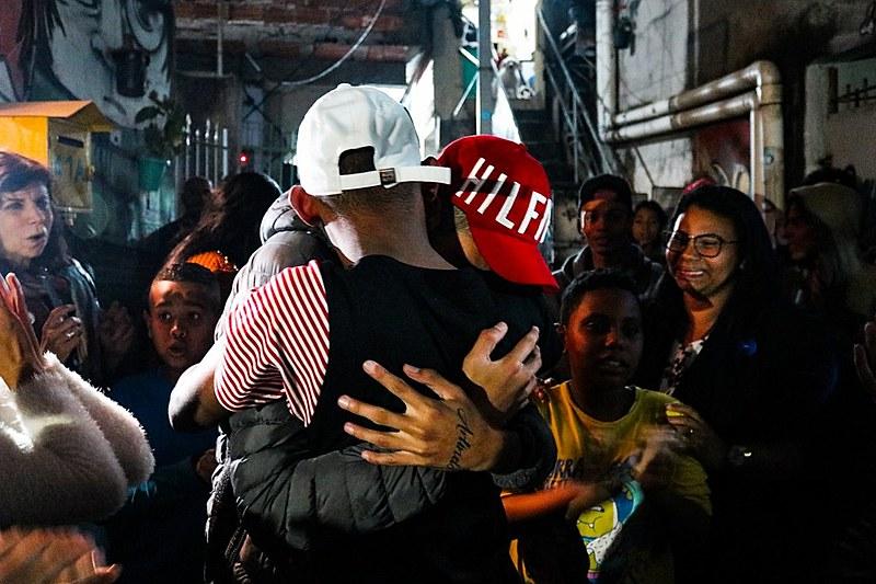 Jovens se abraçam em frente à casa de Ytalo, no bairro Jardim São Remo, em São Paulo (SP)