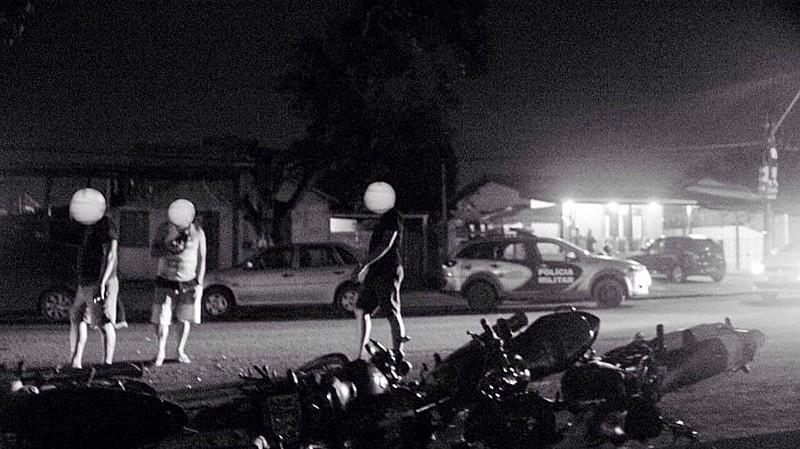 Dezenas de motos de participantes do evento cultural foram derrubadas na frente do local