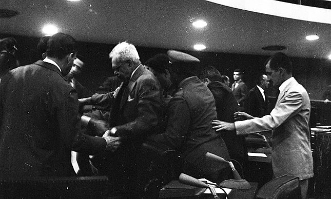 Em 1963, a confusão no senado deixou um inocente morto, e dois inimigos políticos detidos