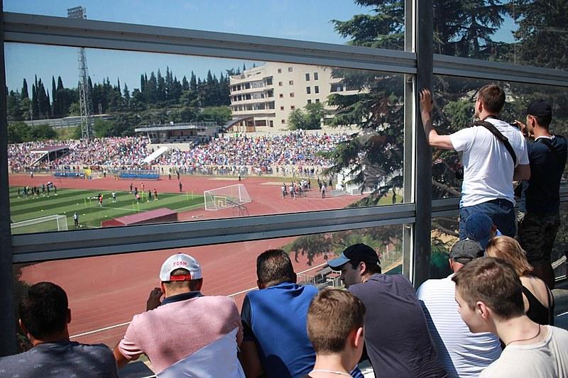 Dos dez mil lugares, apenas quatro mil puderam ser ocupados. Quem não entrou no estádio assistiu à atividade de um viaduto ao lado do campo