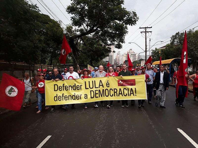 Trabalhadores marcharam até o acampamento dos movimentos populares, localizado a 500 metros do TRF4