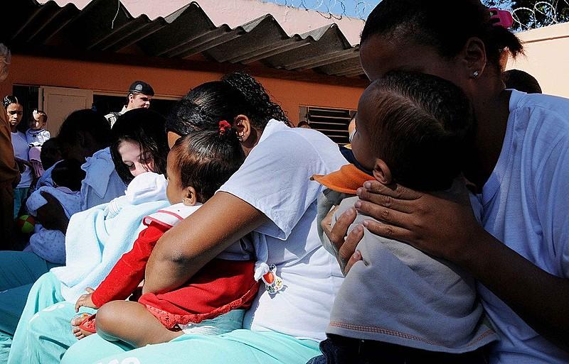 Detentas e seus bebês no Centro de Referência à Gestante Privada de Liberdade, em Vespasiano, Minas Gerais
