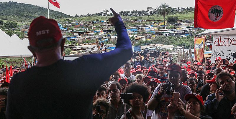 Lula fala a militantes do MST de Minas Gerais durante visita a acampamento em 2017