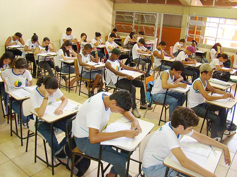 Únicos conteúdos obrigatórios em sala de aula são matemática e linguagens