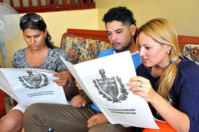 A Constituição está sendo apresentada e discutida pelo povo cubano e será submetida a consulta popular antes de sua aprovação