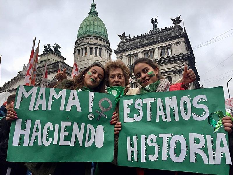 Manifestantes pró-legalização do aborto ocupam às dezenas de milhares as ruas da capital argentina.