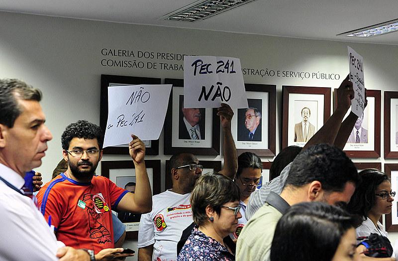 Manifestantes protestam contra proposta em reunião na Câmara dos Deputados