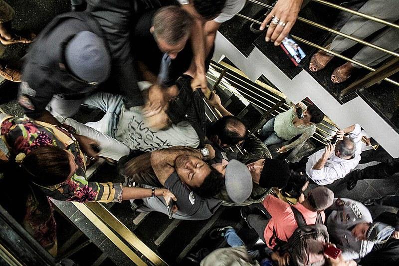 Estudantes sendo atacados pela PM nesta quarta (14)