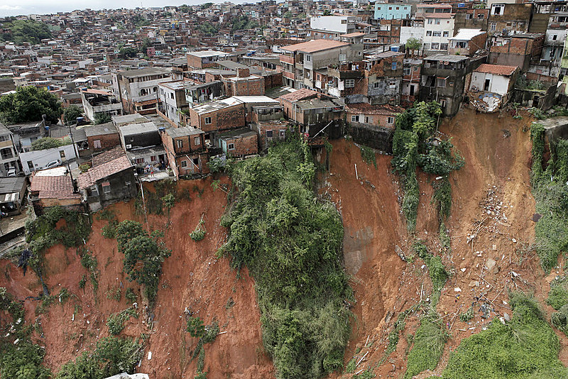 Deslizamento de terra em Salvador (BA), em 2015; cidade tem maior contingente de pessoas em área de risco, com