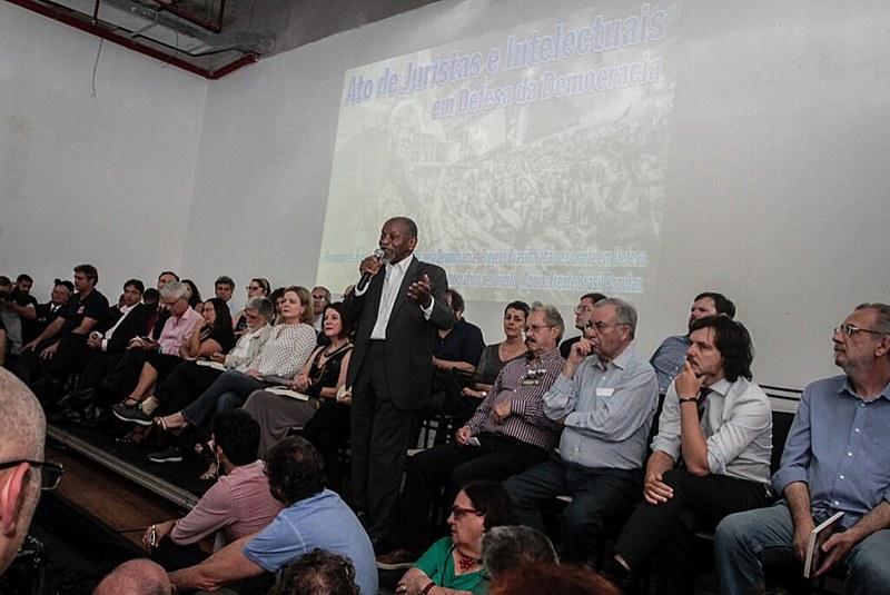 Juristas questionam arbitrariedades da Operação Lava Jato em ato em Porto Alegre
