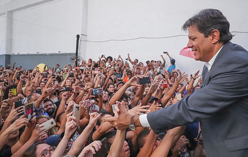 Haddad em agenda na favela da Maré, no Rio de Janeiro (RJ), nesta terça-feira (23)