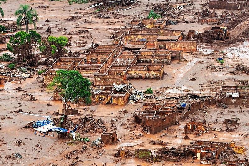 Lama tóxica destruiu o Rio Doce em novembro de 2015