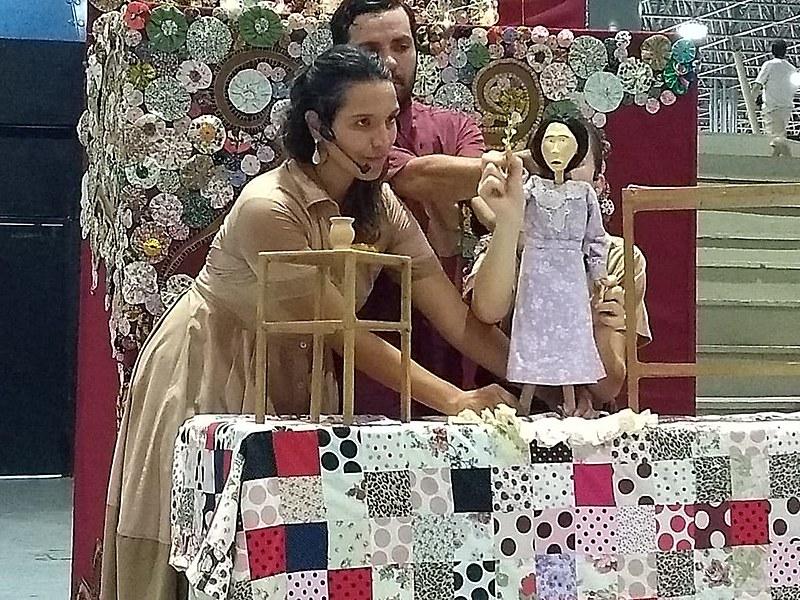 Peça teatral Santa de Dica foi apresentada dia 14 de março, no Teatro de Arena, do Espaço Cultural.