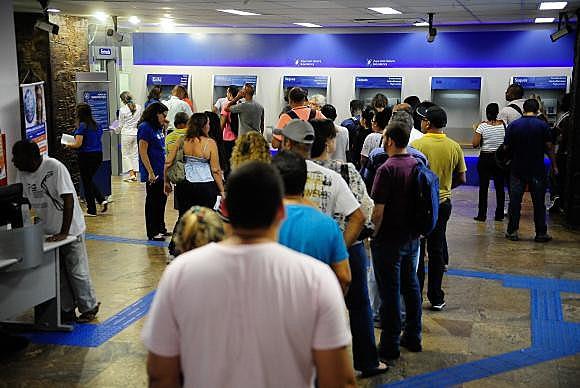 Agência da Caixa no Rio tem fila para o saque do FGTS de contas inativas