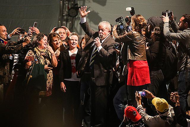 Organizadores calculam que 50 mil pessoas participaram do ato político na praça Santos Andrade
