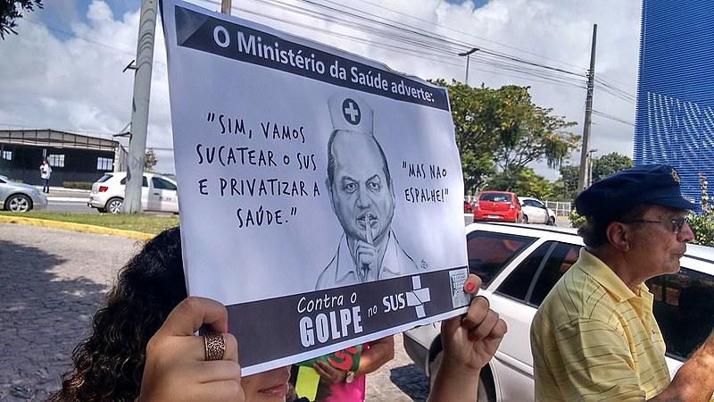 Dezenas de manifestantes protestaram em frente ao empresarial onde o ministro palestrou