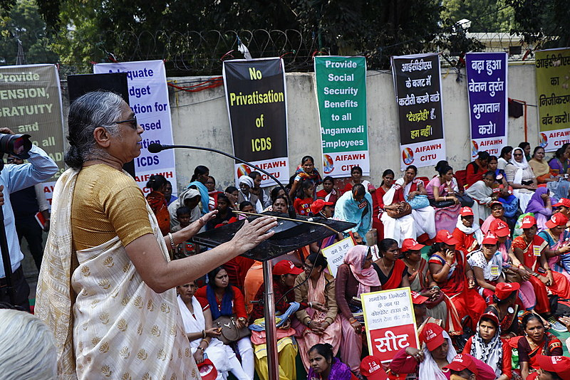 K Hemalata, Presidente do Centro dos Sindicatos Indianos (CITU), discursando na Marcha para o Parlamento por Child Care Workers