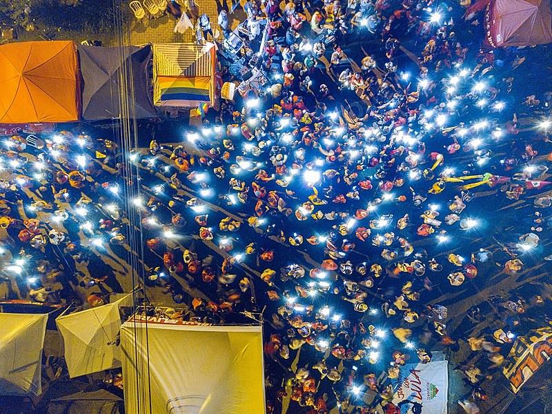 """Às sextas-feiras, tornou-se habitual o uso de luzes e velas pelos manifestantes, no chamado """"Luzes para Lula"""""""