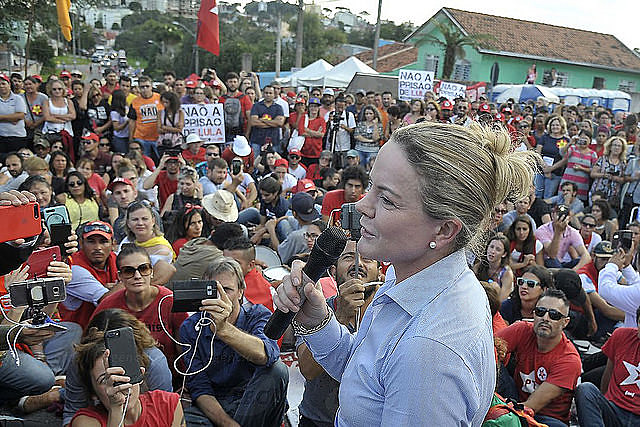 Gleisi Hoffmann, presidenta del PT, leyó la carta del ex presidente a los militantes acampados en Curitiba