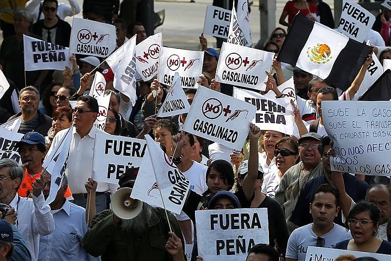 """Além de protestar contra o aumento da gasolina, manifestantes pedem """"Fora Peña"""""""