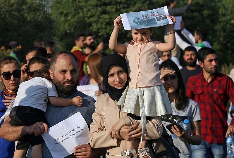 Família protesta nesta quinta (10) em Arbil, capital da região autônoma curda no norte do Iraque, contra ofensiva turca no nordeste da Síria
