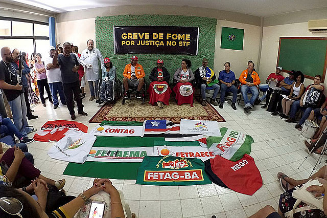 Strikers and supporters during rally held on Sunday in Brasília