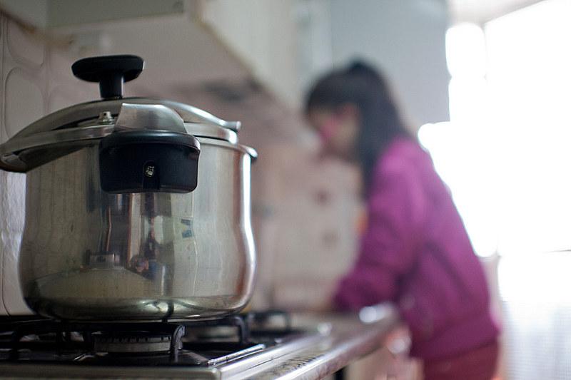 A invisibilidade e a desvalorização do trabalho doméstico gratuito ajuda o capitalismo a extrair maior valor dos trabalhadores.