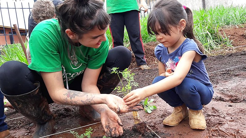 ONG É Com Amor implantou 23 hortas orgânicas em escolas e espaços públicos para estimular conscientização ambiental e alimentação saudável.